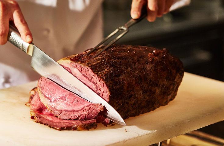 シェフ特製ローストビーフ。料理長・佐藤が厳選したローストビーフを目の前でカッティング